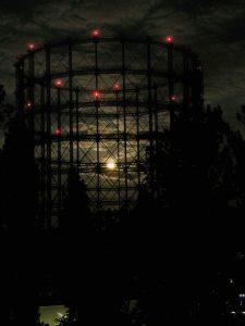 Gasometer im Mondschein