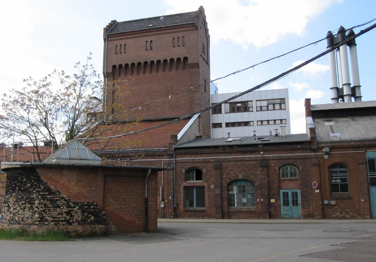 Schleusenhaus von Osten, links die Reste der Anböschung