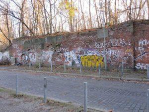 Altes Brückenwiderlager der westlichen Ringbahnspitzkehre