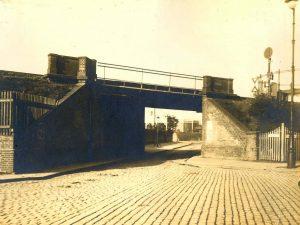 Torgauer Straße mit Eisenbahnbrücke der Cheruskerkurve, 1912 (Museen Tempelhof-Schöneberg von Berlin / Archiv)